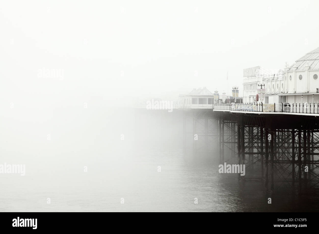 Brighton Pier im Nebel Stockbild
