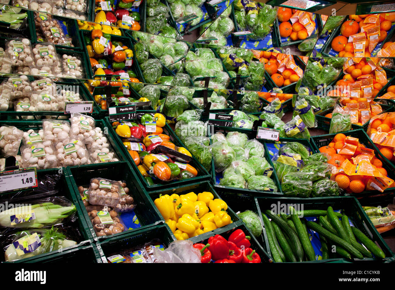vegetables supermarket shelves stockfotos vegetables supermarket shelves bilder alamy. Black Bedroom Furniture Sets. Home Design Ideas
