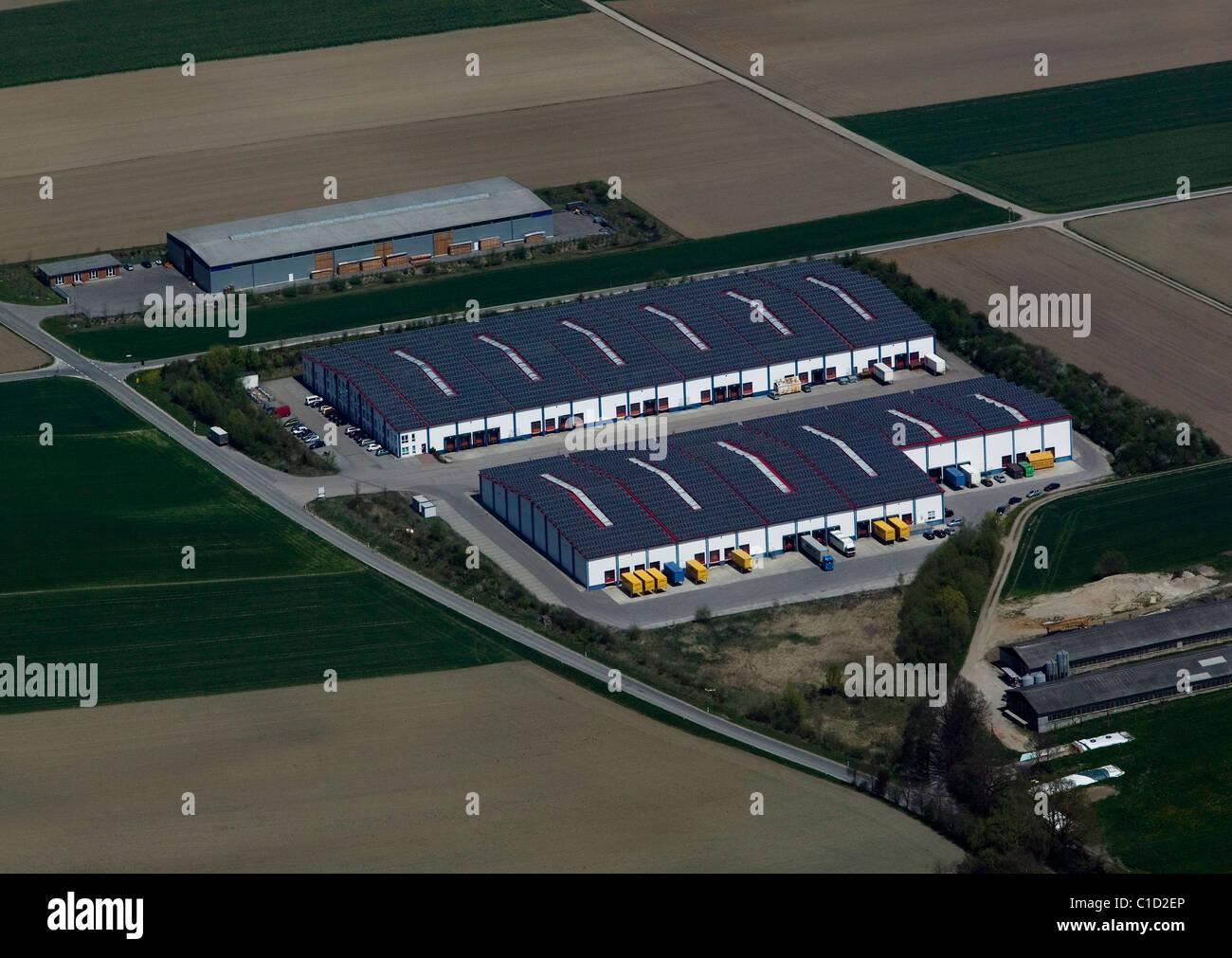 Luftaufnahme über Lager Dach bedeckt mit Sonnenkollektoren Bayern Deutschland Stockbild