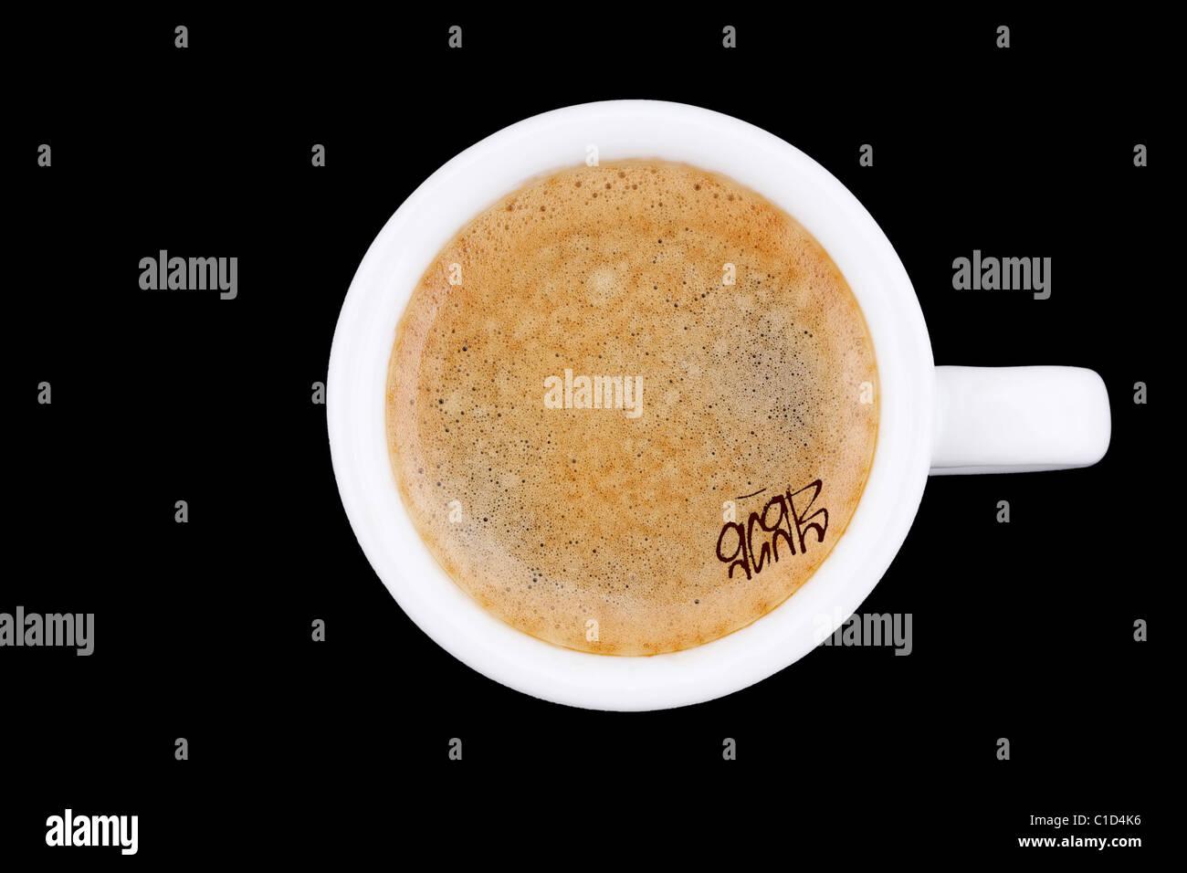 digitale Verbesserung - Clip Bild - Graffito Spitznamen Tag 9G9B auf Café Crema Kaffee Schaum - Symbolik für Stockbild