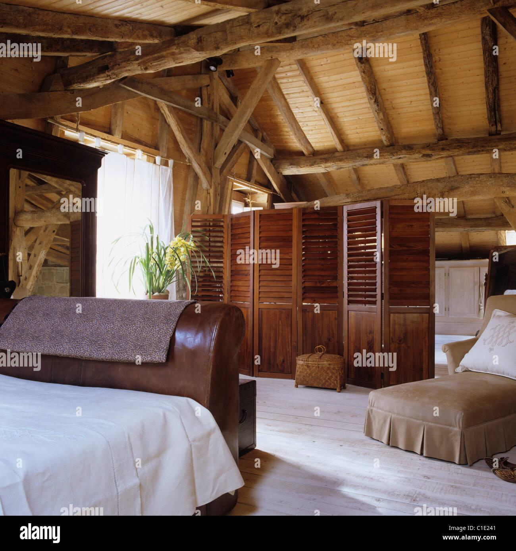Leder-Bett im Schlafzimmer des 17. Jahrhunderts Scheune ...
