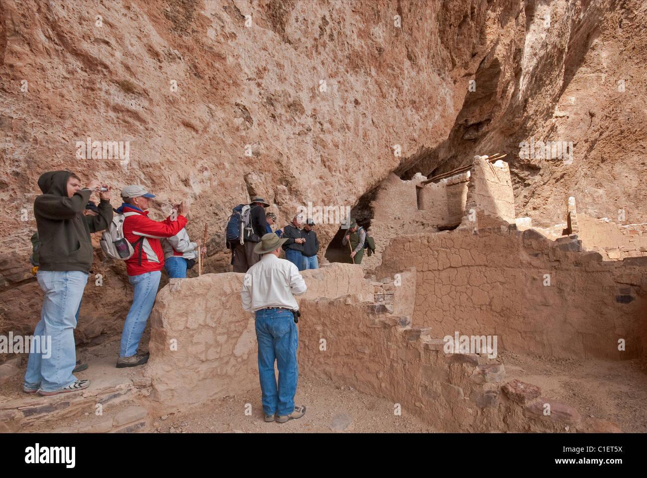 Besucher am oberen Klippe Wohnung an Tonto National Sonora-Wüste, Arizona, USA Stockbild