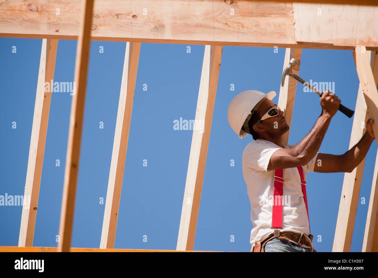 Tischler, Hämmern am Dachrahmen Stockfoto, Bild: 35410935 - Alamy