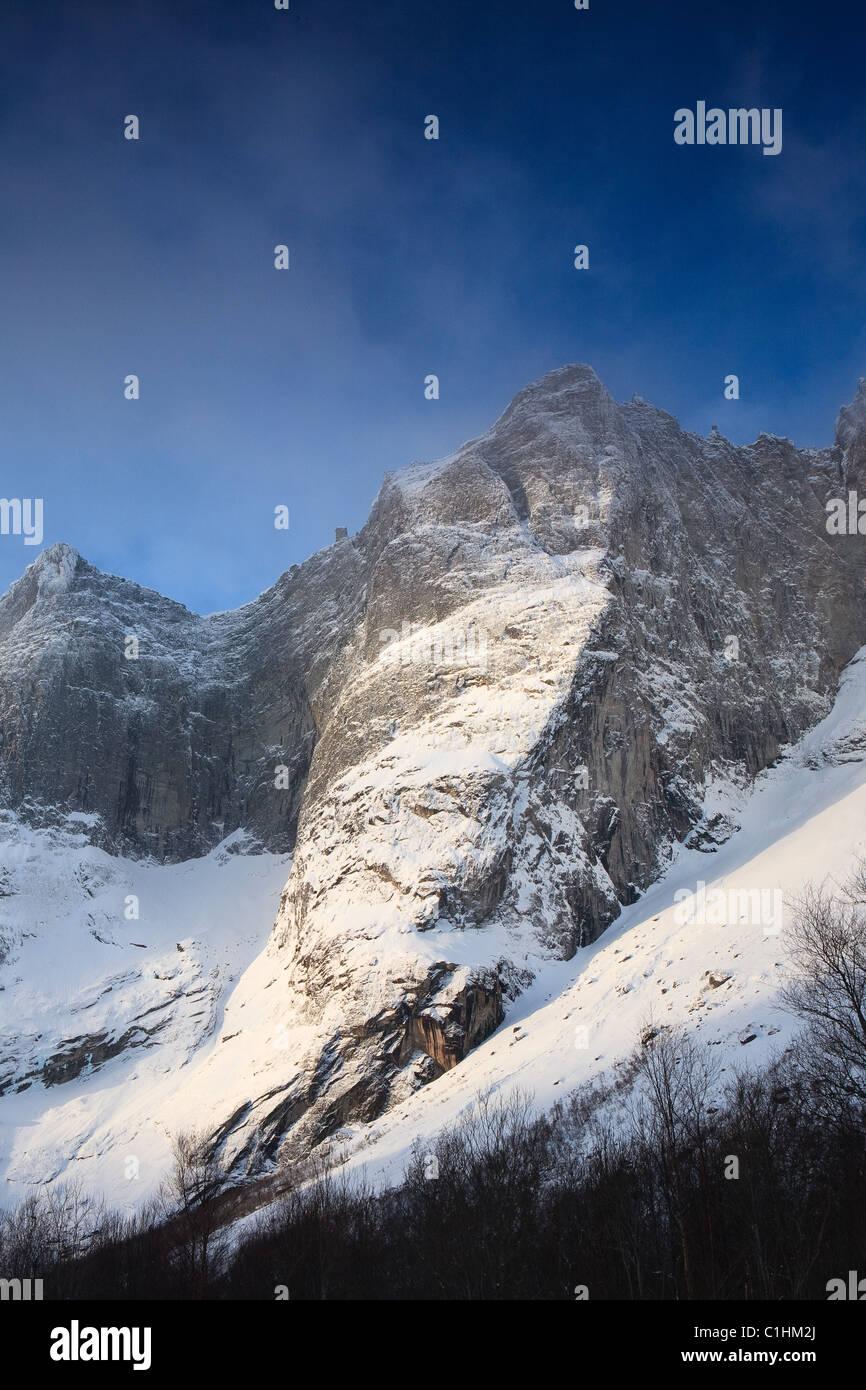 Winterlandschaft aus Romsdalen, Rauma Kommune, Møre og Romsdal, Norwegen. Stockfoto