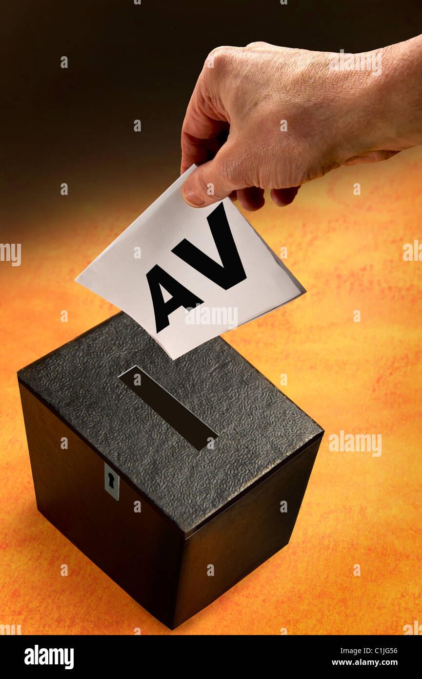 Alternative Stimmen. Wahlurne und Hand des Wählers. Stockbild