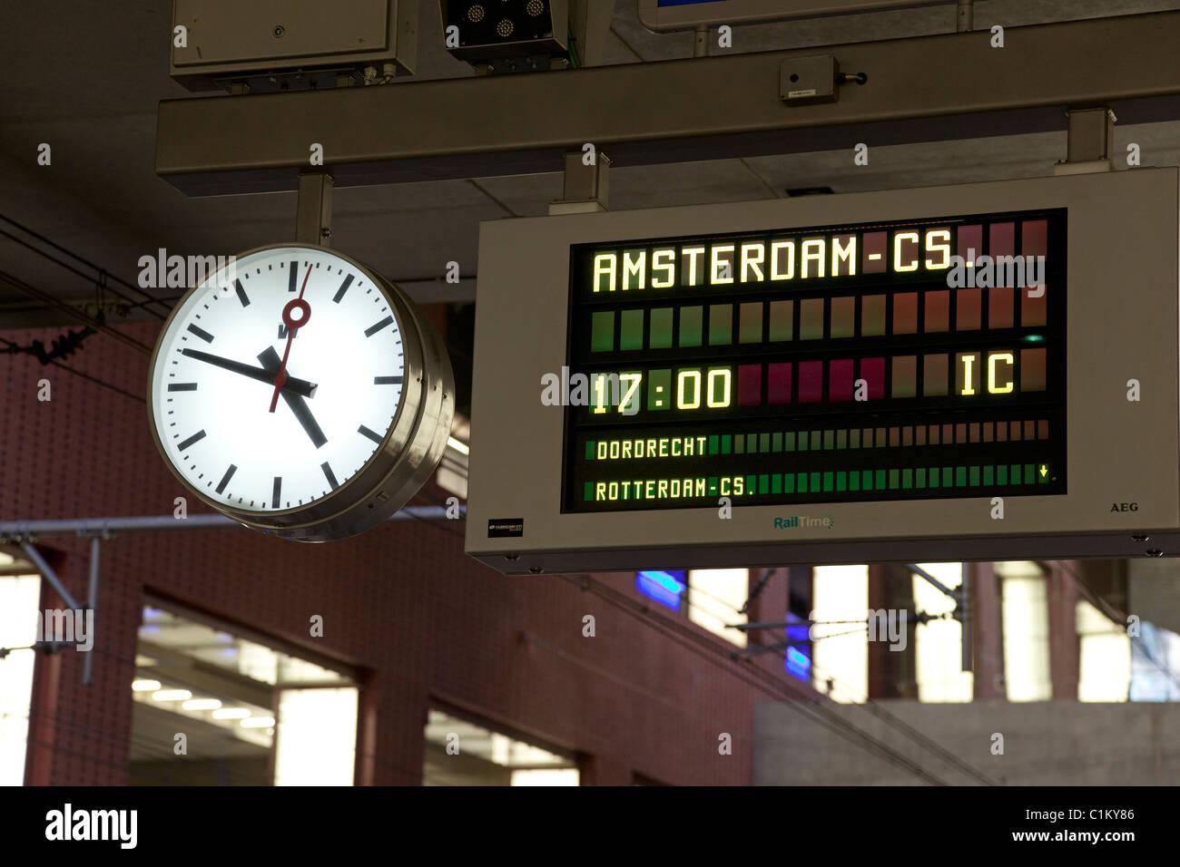 Bahnhof-Schild nach Amsterdam mit Uhr Stockbild