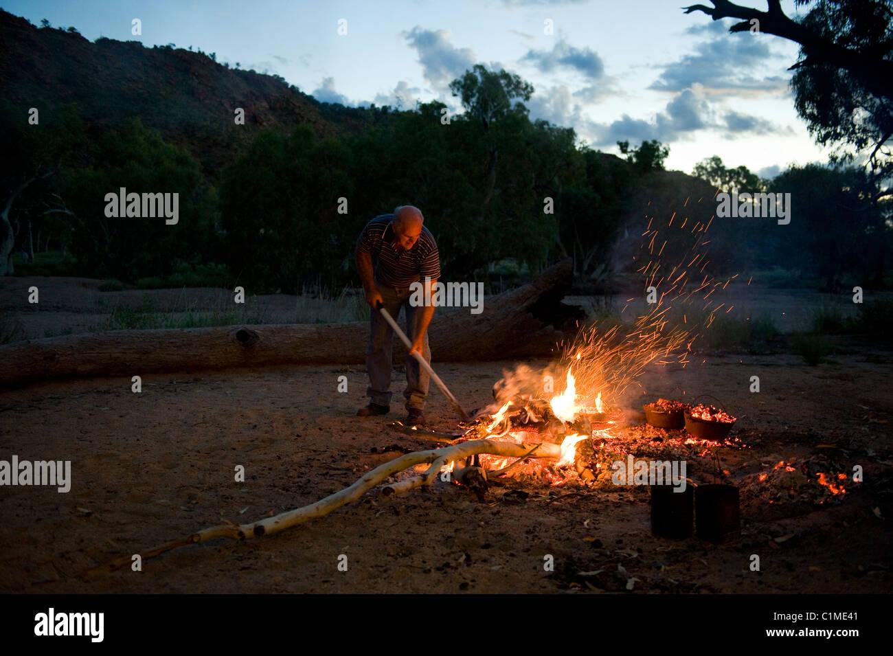 Kochen australische Dämpfer den Busch Weg und Billy Tee zubereiten Stockbild
