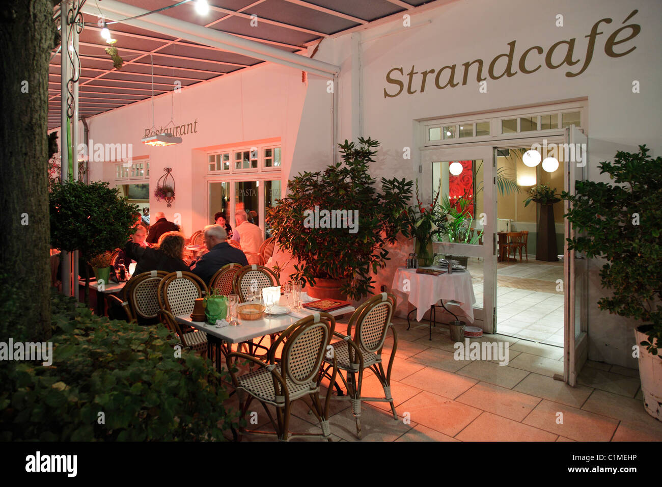 Strandcafé Binz am Abend Stockbild