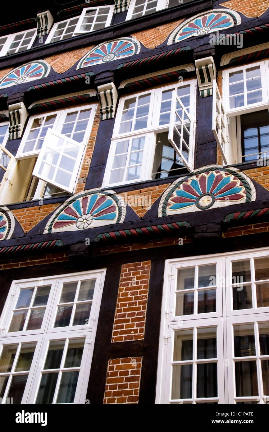 Deutschland, Stade, Backsteinbau Fassade mit geöffneten Fenstern Stockbild