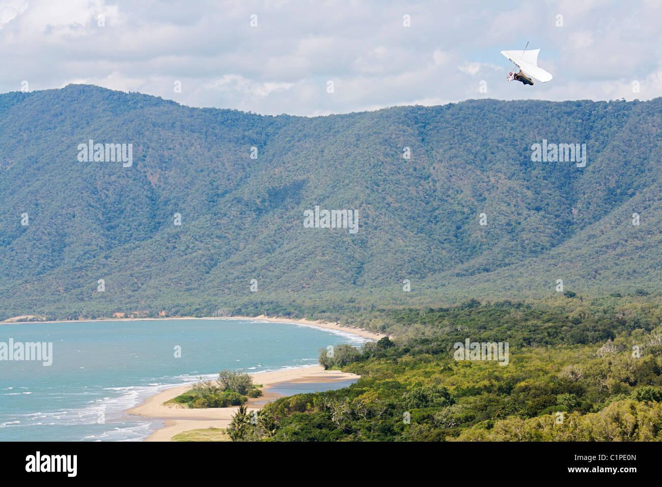 Australien, Nord-Queensland, Drachenfliegen über Küste Stockbild