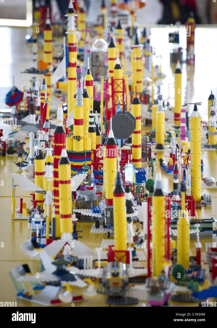"""Bauen der Zukunft Studenten gebrauchte LEGOs """"Bauen der Zukunft"""" am NASA Kennedy Space Center in Cape Stockbild"""
