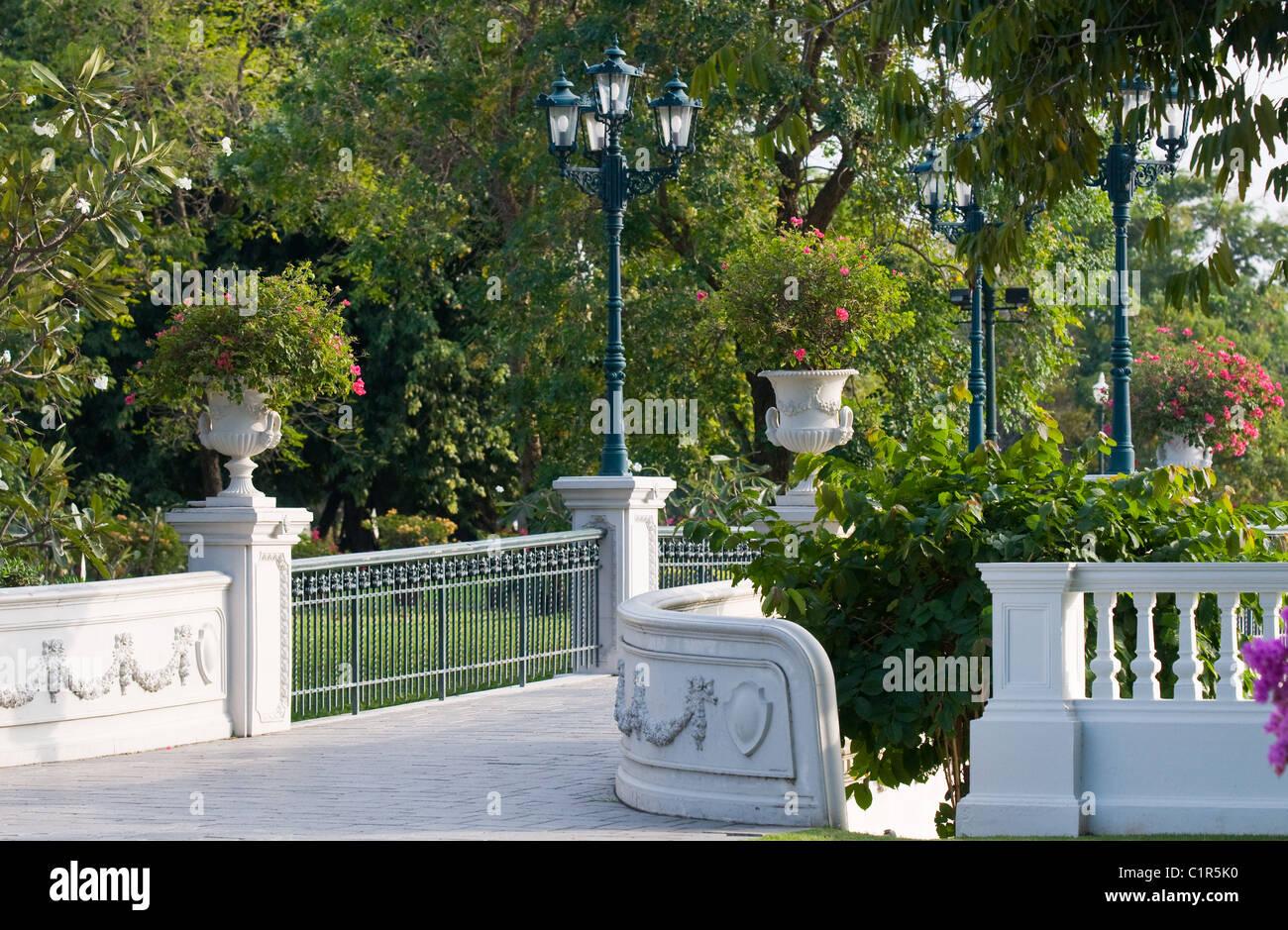 Die Gärten Im Königlichen Sommerpalast In Bang Pa In, Ayuttaya, Thailand.