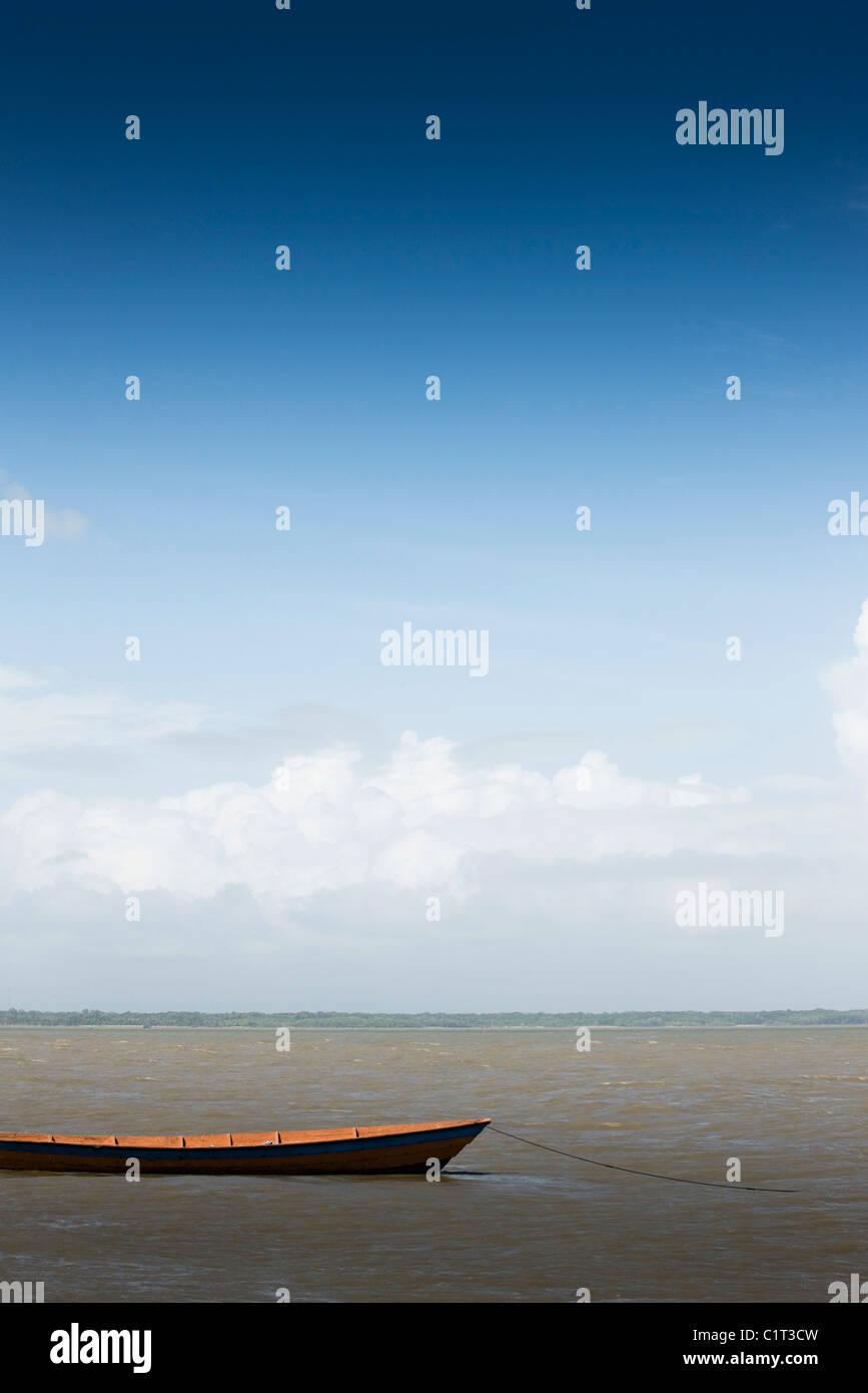 Kanu im seichten Wasser vertäut Stockbild