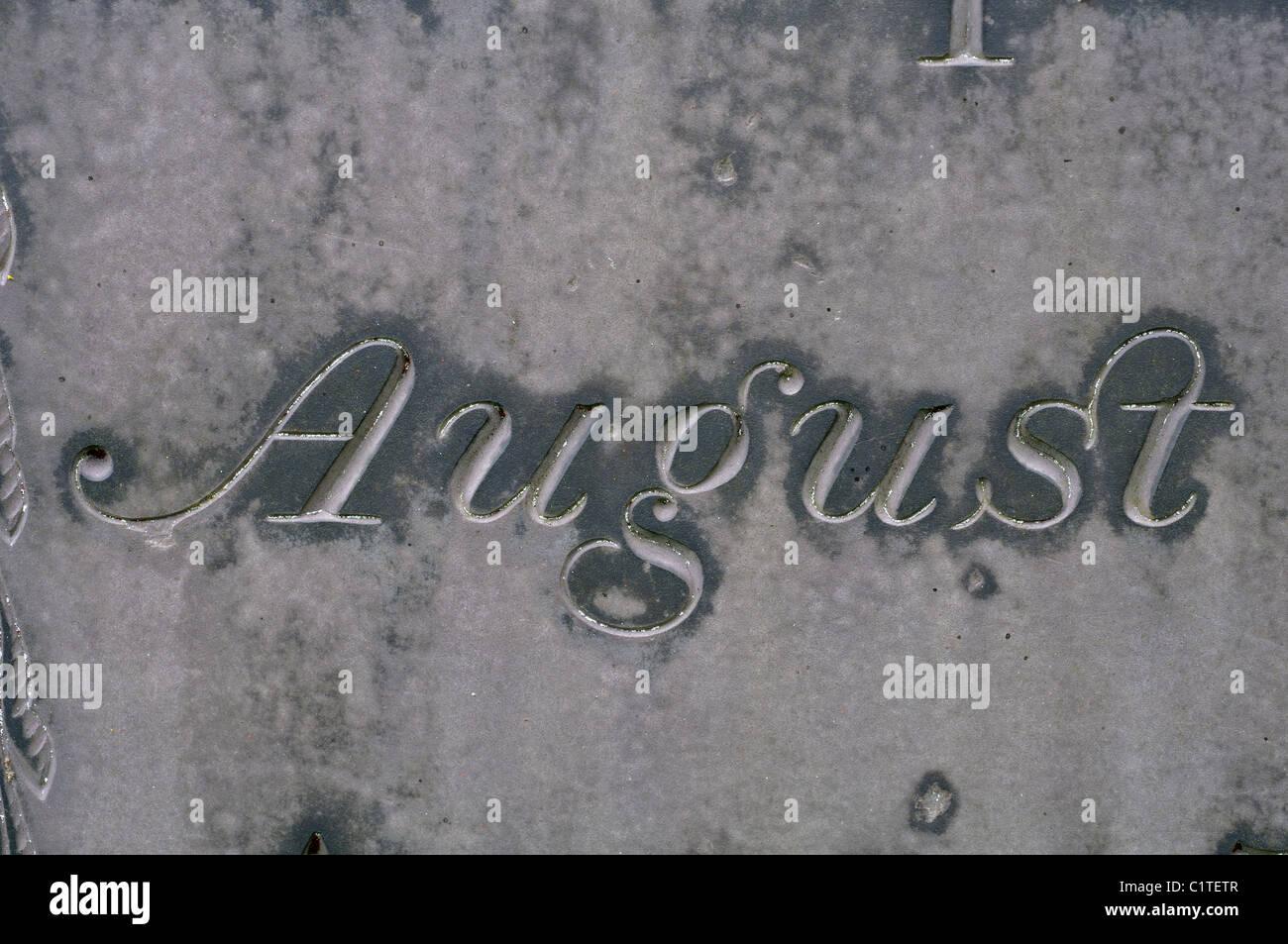 Das Wort August Detail der Schiefer Grabstein, Leicestershire, UK Stockbild