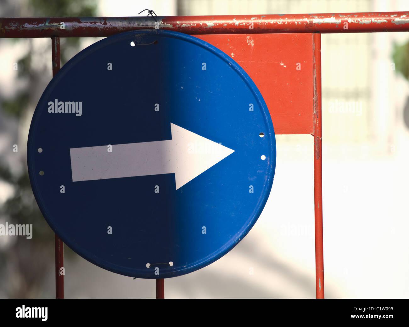 Weißer Pfeil auf blauem Hintergrund, die Regelung des Verkehrs nach rechts Stockbild