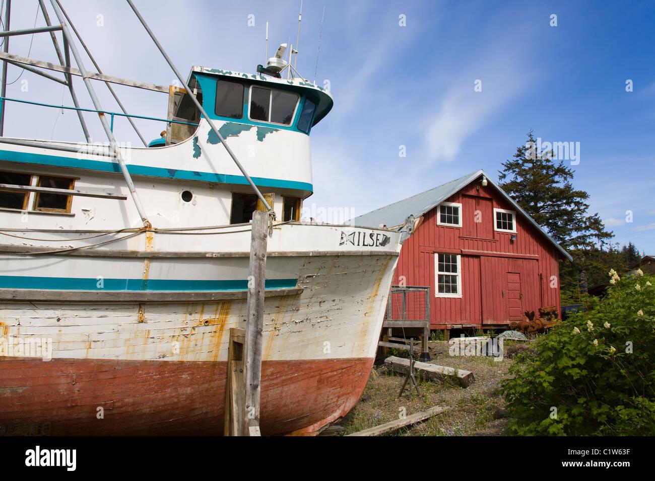 Angelbootfischerboot Mit Einem Museum Im Hintergrund Cannery