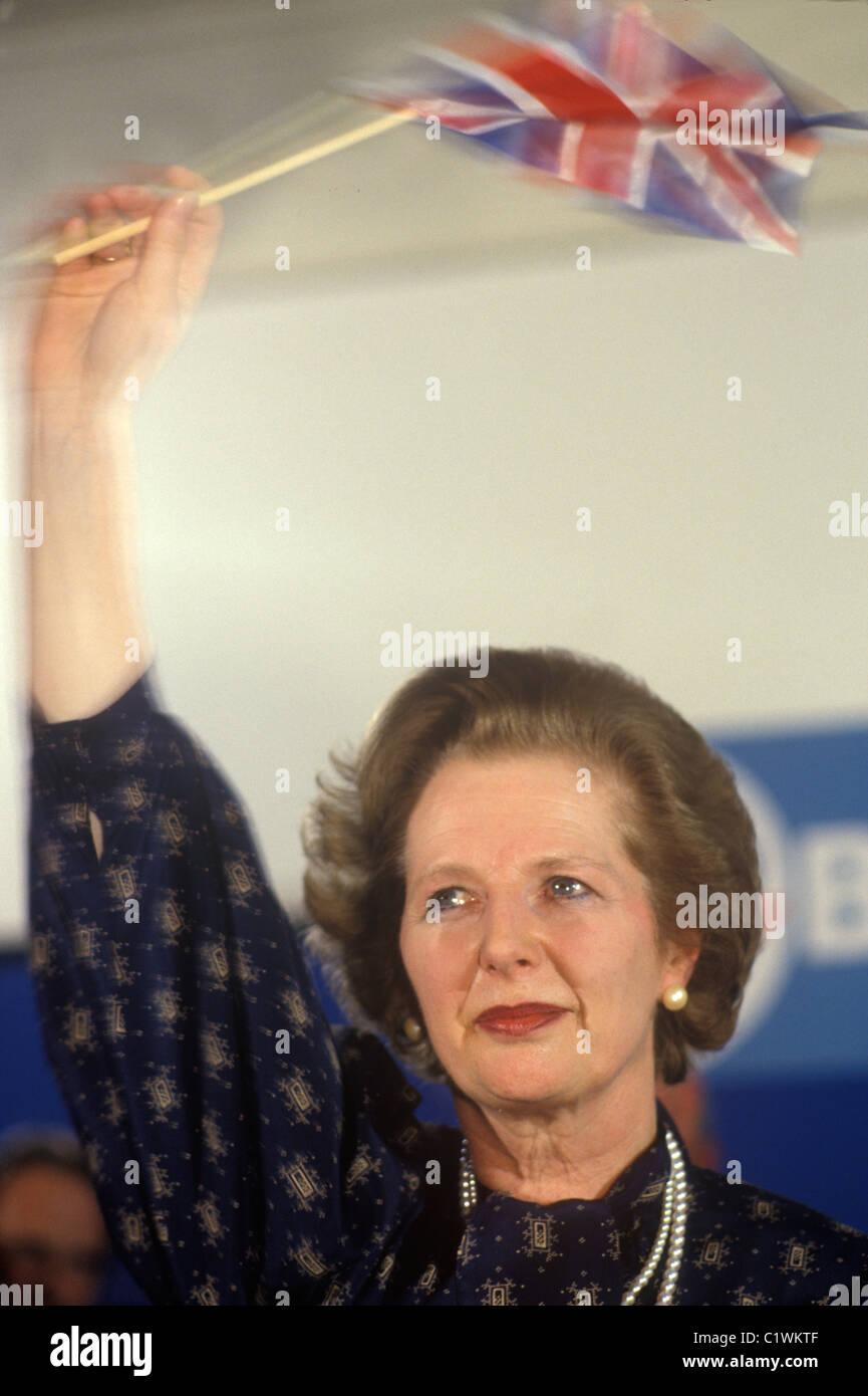 Frau Margaret Thatcher Wahl 1983 winken Union Jack Flagge mit Tränen in den Augen. 1980 s HOMER SYKES Stockfoto