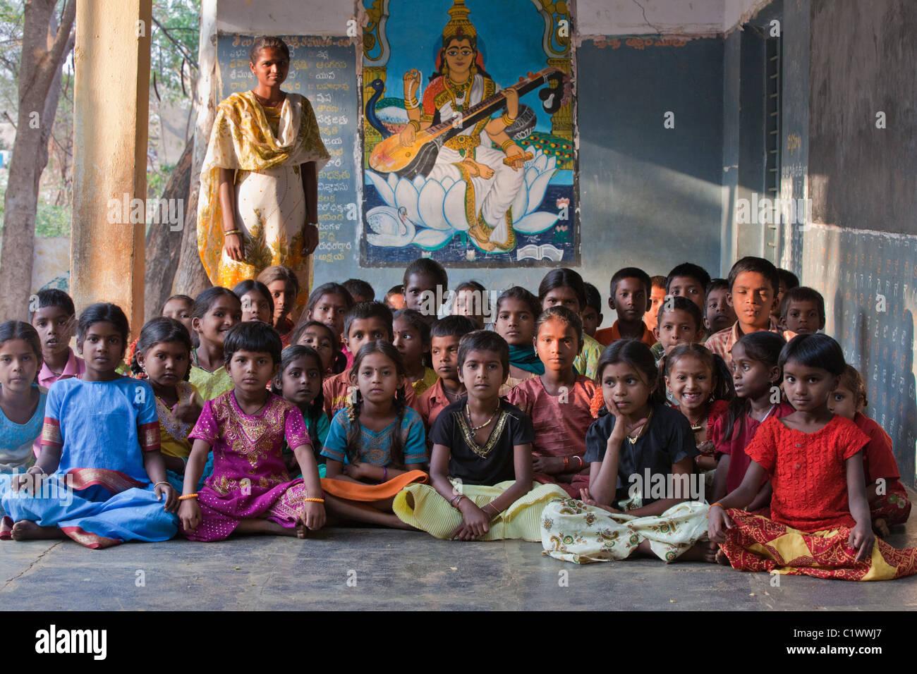 Schülerinnen und Schüler mit Lehrer Andhra Pradesh in Indien Stockbild