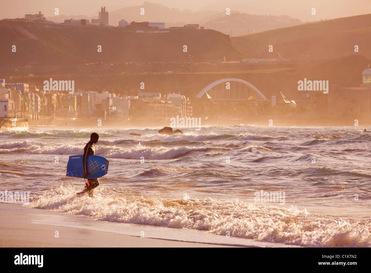 Bodyboarder Überschrift in den Abend am Las Canteras Strand auf Gran Canaria. Stockbild