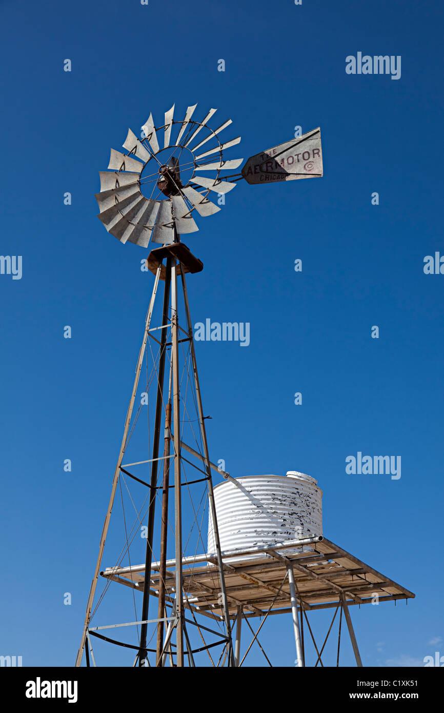 Wind angetriebene Wasserpumpe in Sanddünen Monahans Sand Hills State Park Texas USA Stockbild
