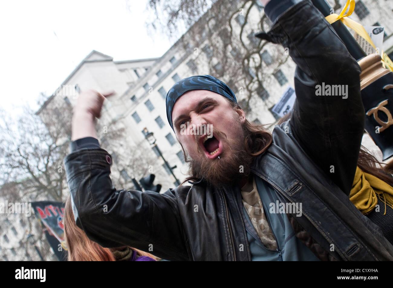 Wütende Demonstranten schreien vor 10 Downing Street, TUC März für die Alternative, London, UK, 26.03.2011 Stockbild