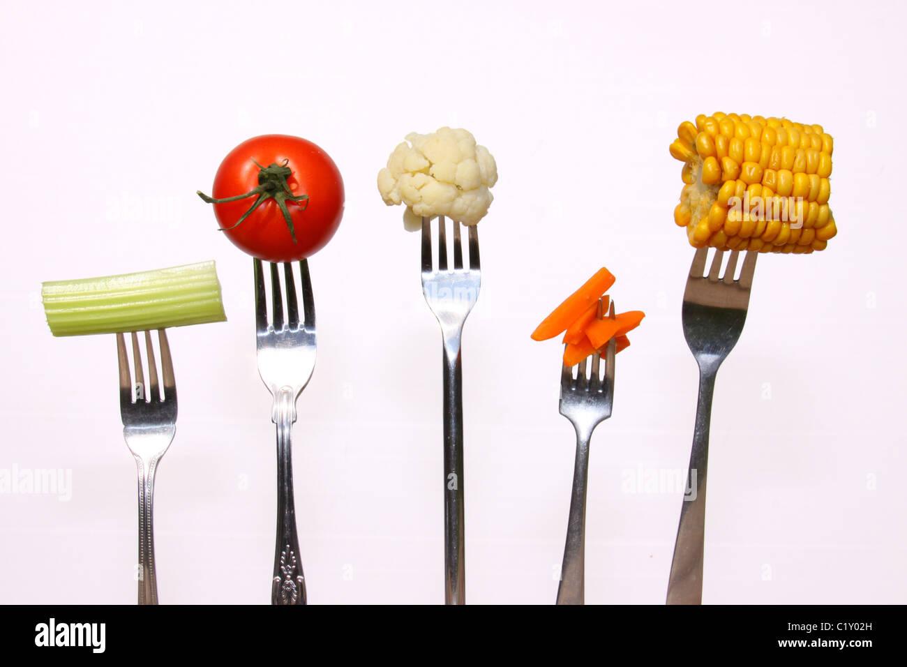 Eine Reihe von verschiedenen Gemüsen gehaltenen Gabeln Stockbild