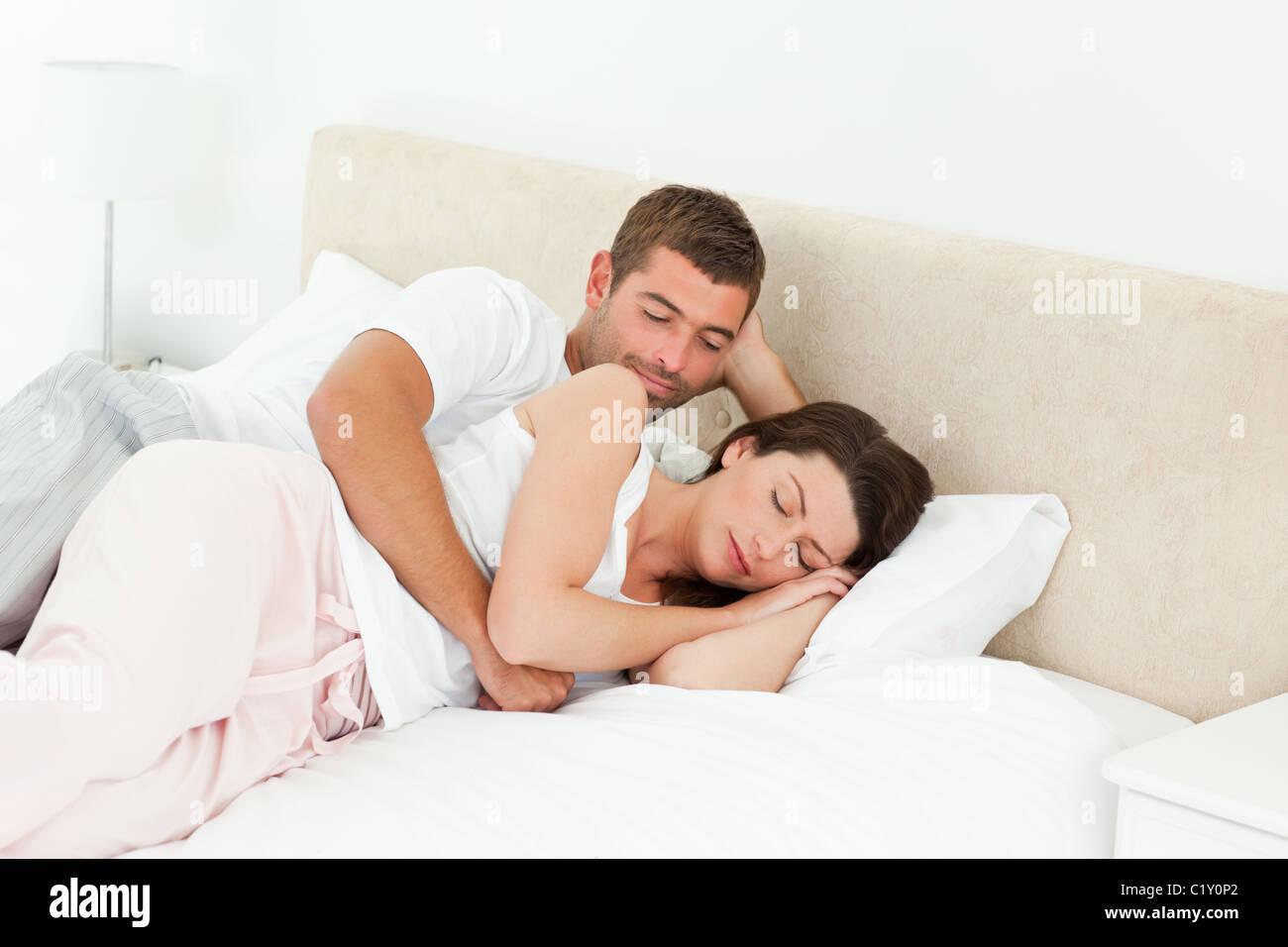 Leidenschaftlicher Mann Blick auf seine Freundin friedlich schlafend Stockbild