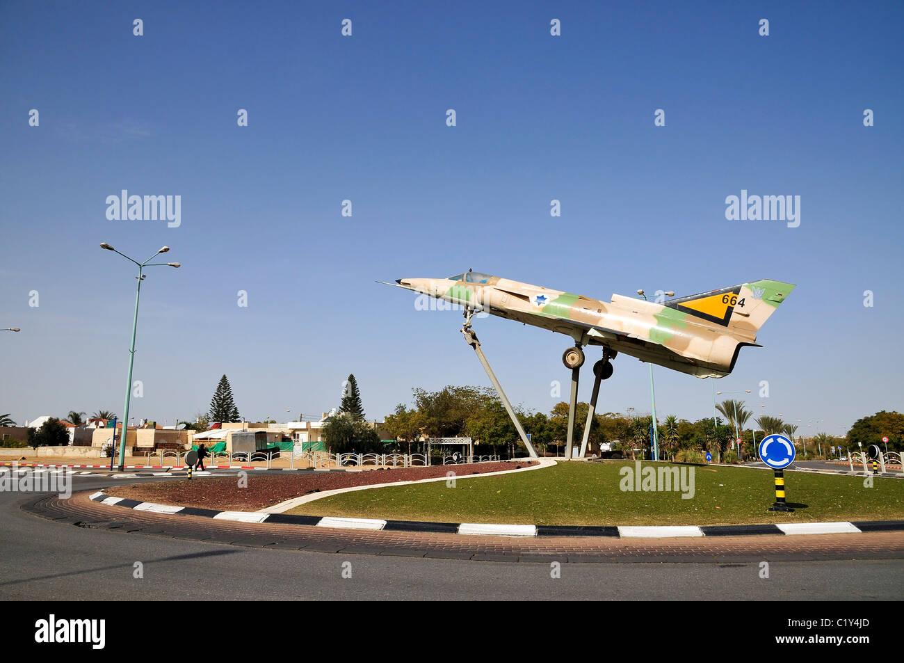 Beer Sheva, Israel eine israelische Kfir Kämpfer Flugzeug auf einen Kreisverkehr in der Stadt gemacht Stockbild