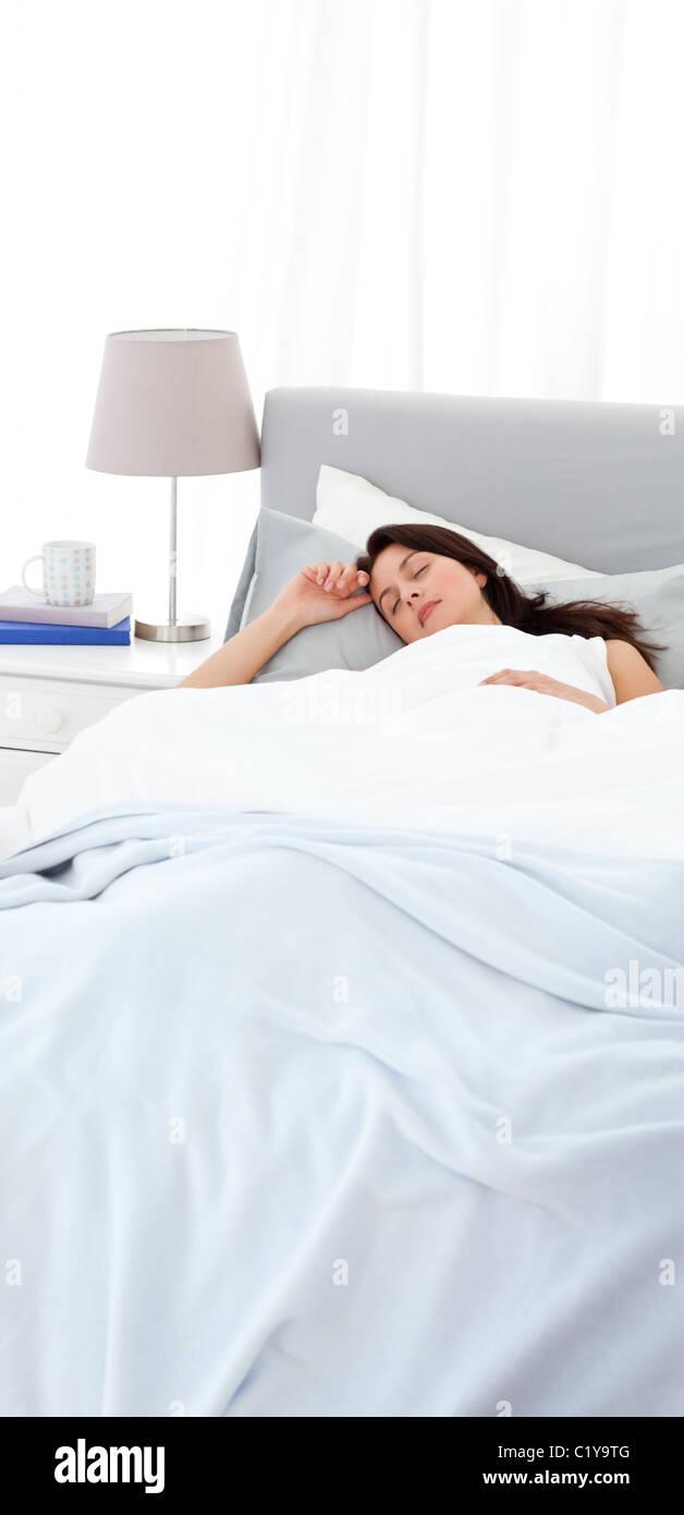Gelassene Mutter friedlich schlafend auf dem Bett Stockbild
