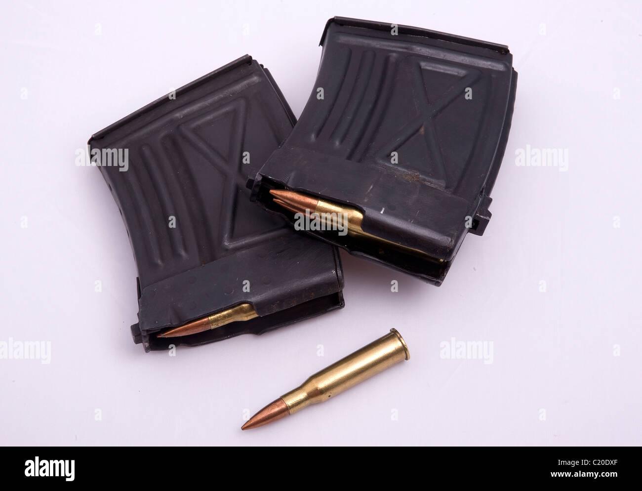 Munition und Zeitschriften für ein Scharfschützengewehr. Stockbild