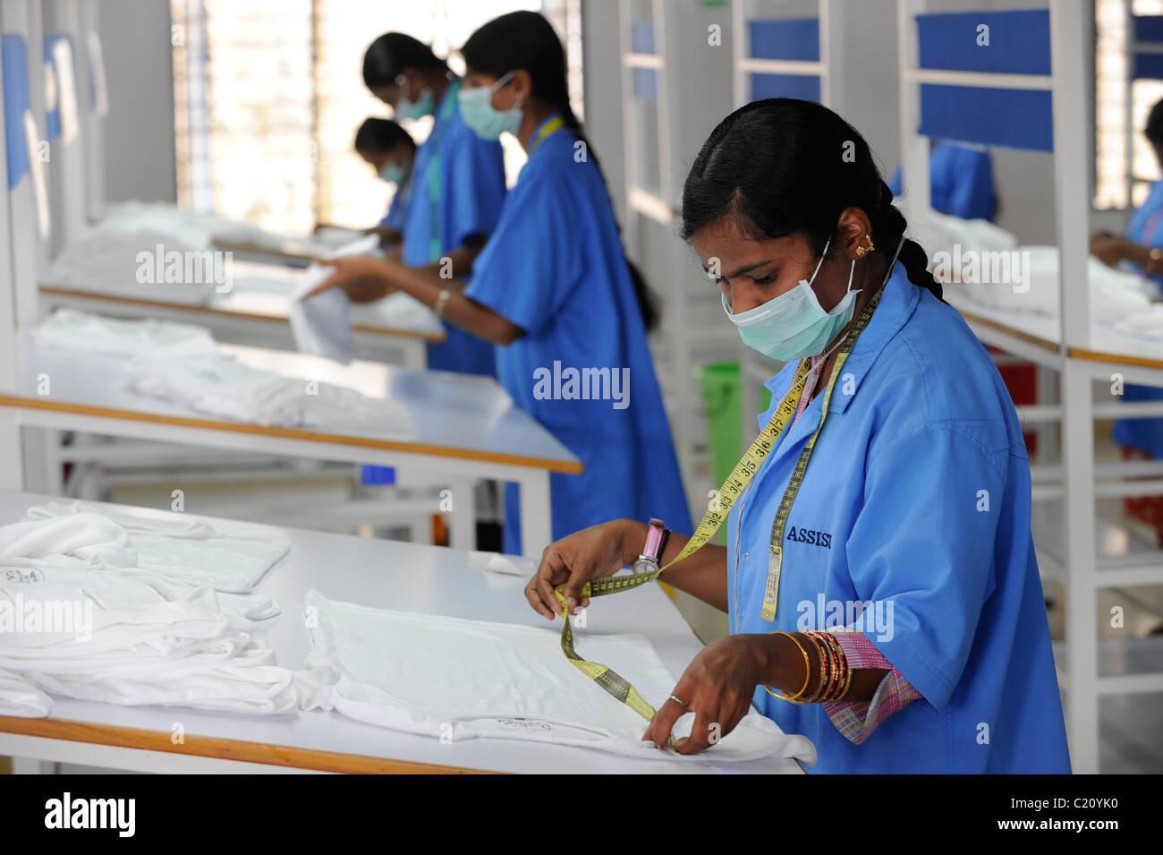 Indien, Tamil Nadu, Tirupur, Frauen in Fair-Trade-Textil-Fabrik, Herstellung von Kleidung und Bekleidung für Stockbild