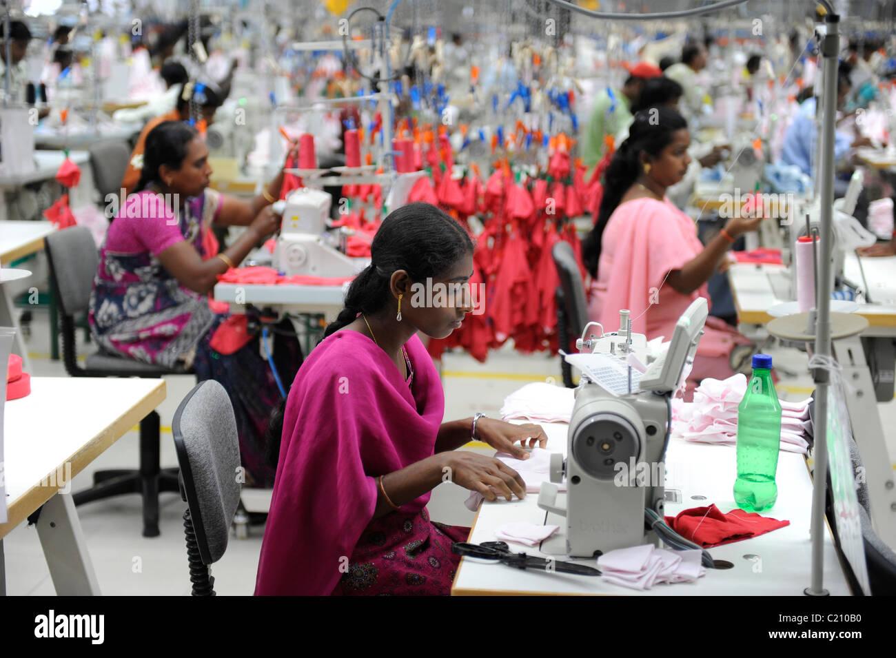 indien tamil nadu tirupur frauen in fair trade textil fabrik herstellung von kleidung und. Black Bedroom Furniture Sets. Home Design Ideas