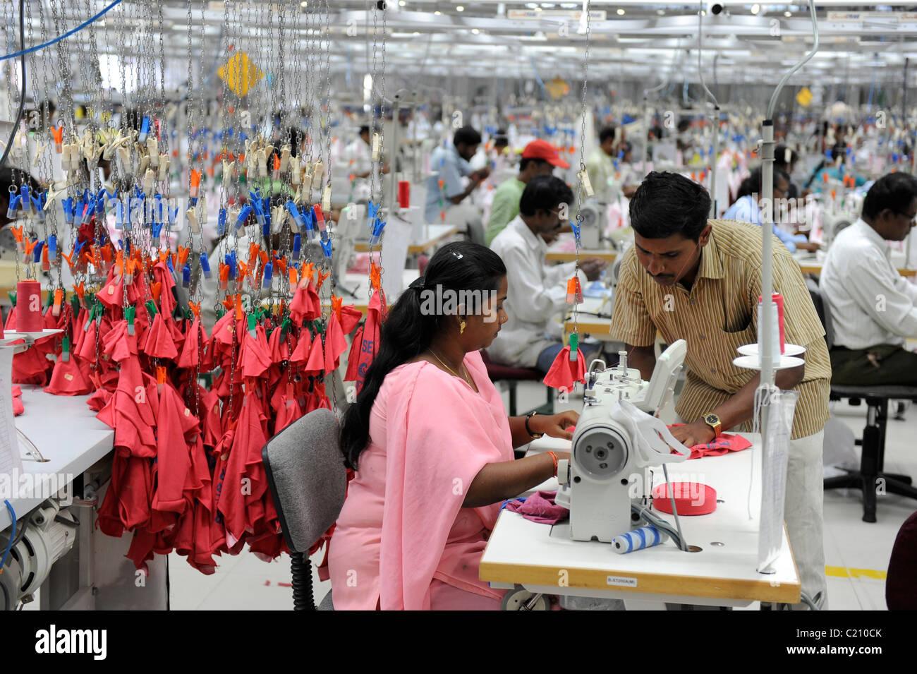Indien, Tamil Nadu, Tirupur, arbeiten Frauen in fair trade Textilfabrik, Produktion von Textilien und Kleidung für Stockbild