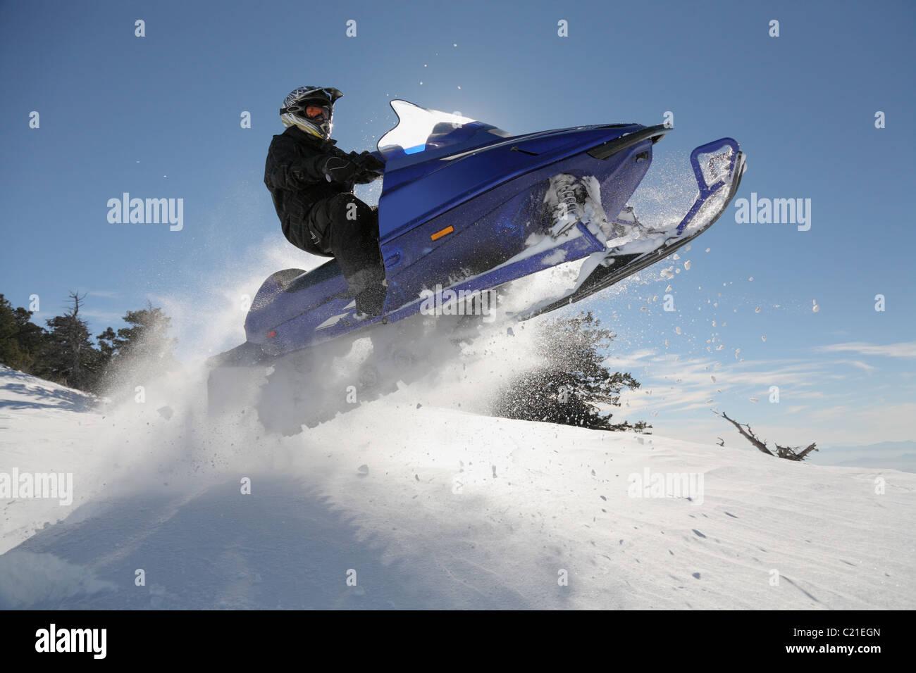Mann und schnelle Action Snowmobil springen Stockbild
