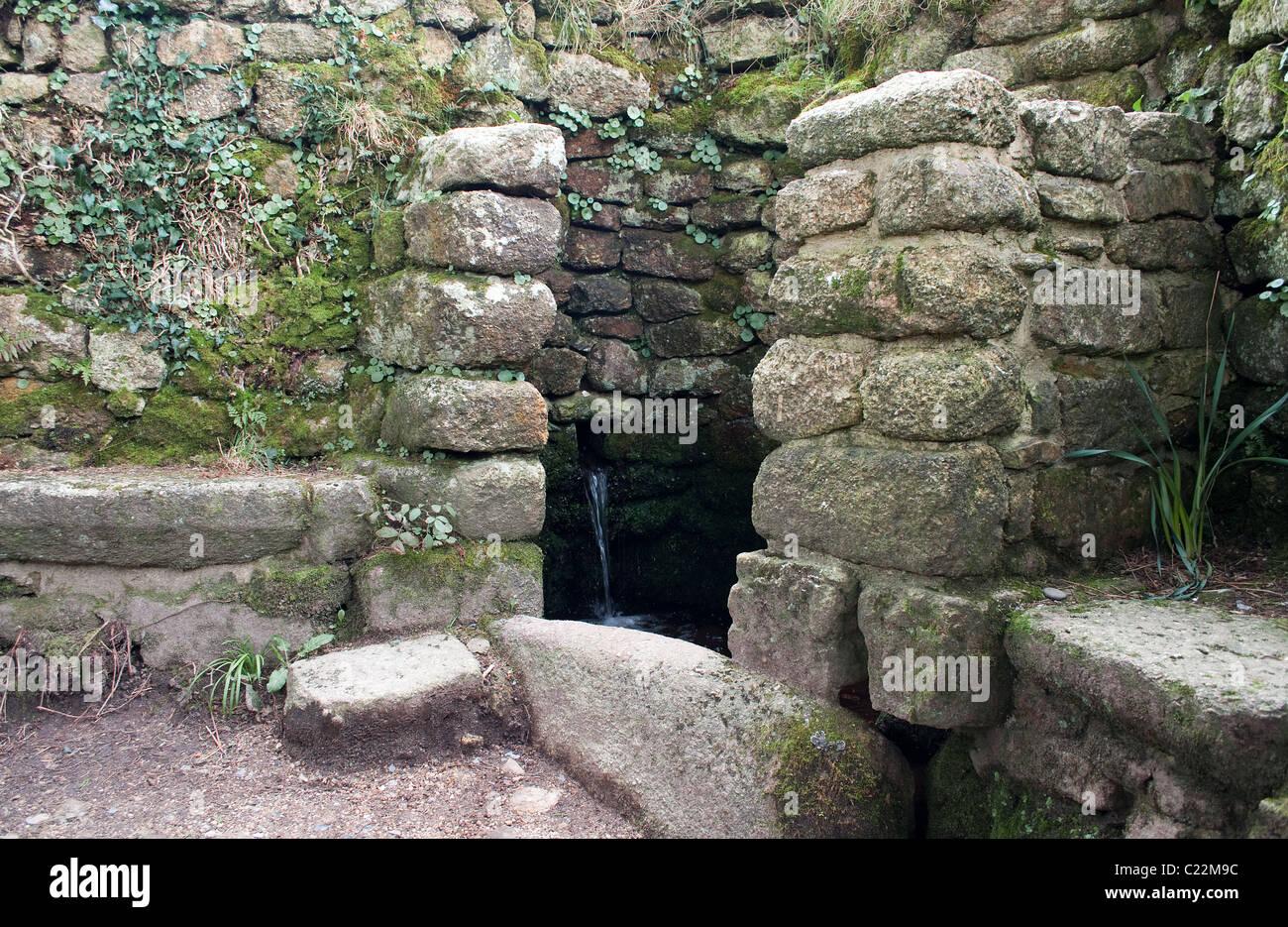 """Das """"heilige Wasser"""" gut in der alten Boswarthen-Kapelle in der Nähe von Madron in Cornwall, Großbritannien Stockbild"""