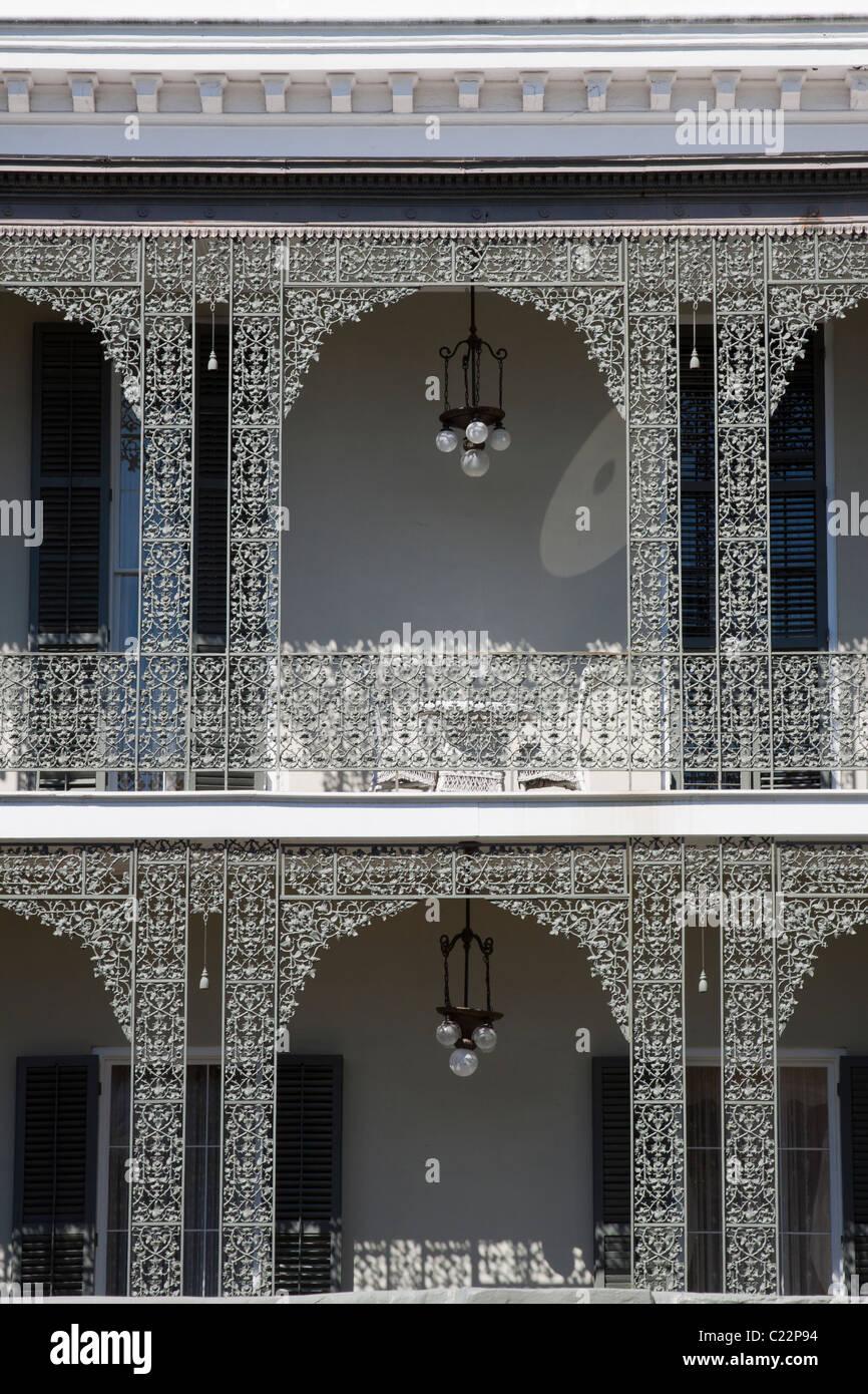 Komplizierten schmiedeeisernen Balkongeländer von Robinson Haus im Garden District von New Orleans Stockbild