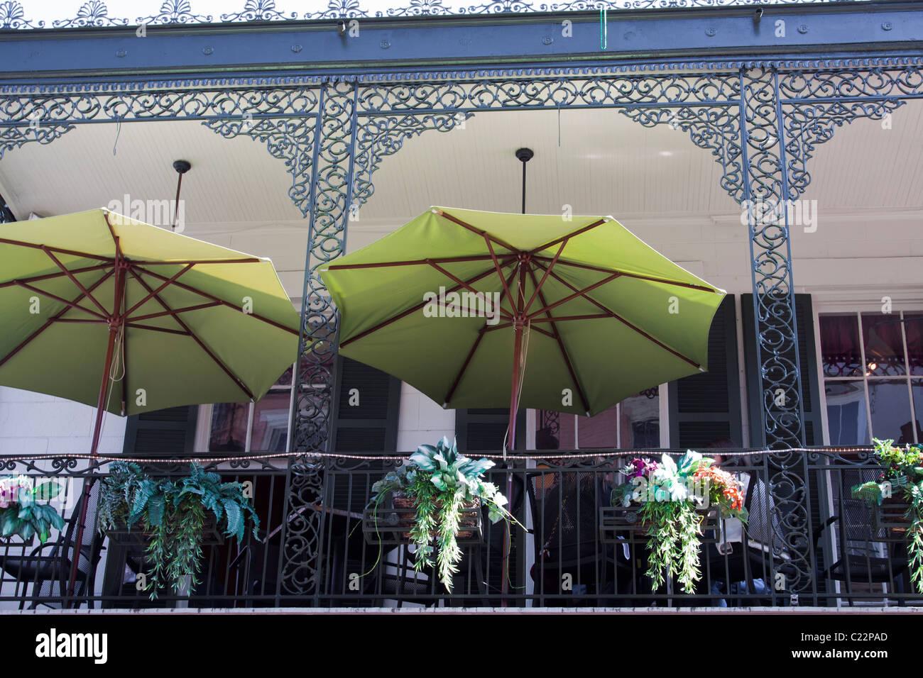 Grüne Schirme eröffnet auf dem oberen Balkon, Essbereich im La Bayou Cafe im French Quarter von New Orleans Stockbild