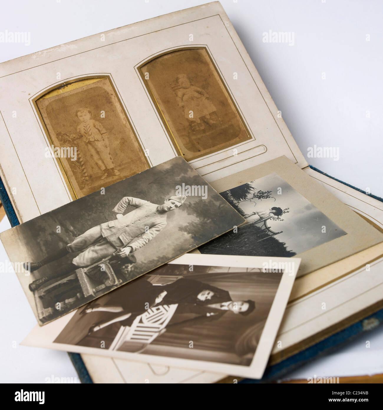 Alte vintage Fotos und Album Stockbild
