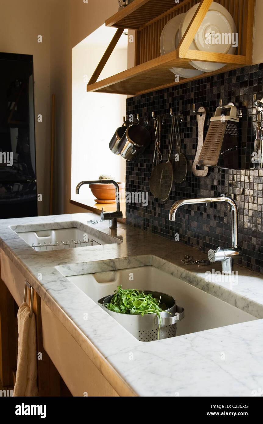 Detail Double Kitchen Sink Stockfotos & Detail Double Kitchen Sink ...