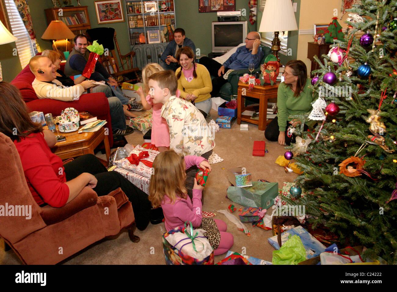 Familie öffnen und geben präsentiert einander am Weihnachtstag ...