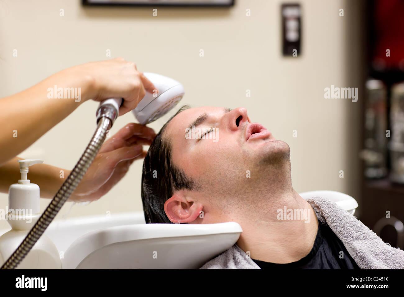Junger Mann seine Haare gewaschen Stockbild