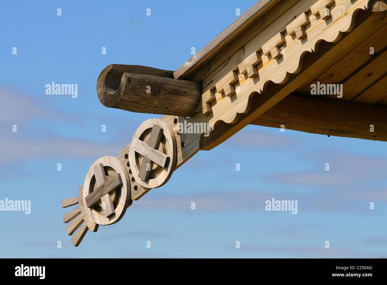 Hölzerne Gehäuse mit Ornament in Form eines Kreuzes und Trog das Dach. Obdorsk Fort, Salechard, Russland Stockbild