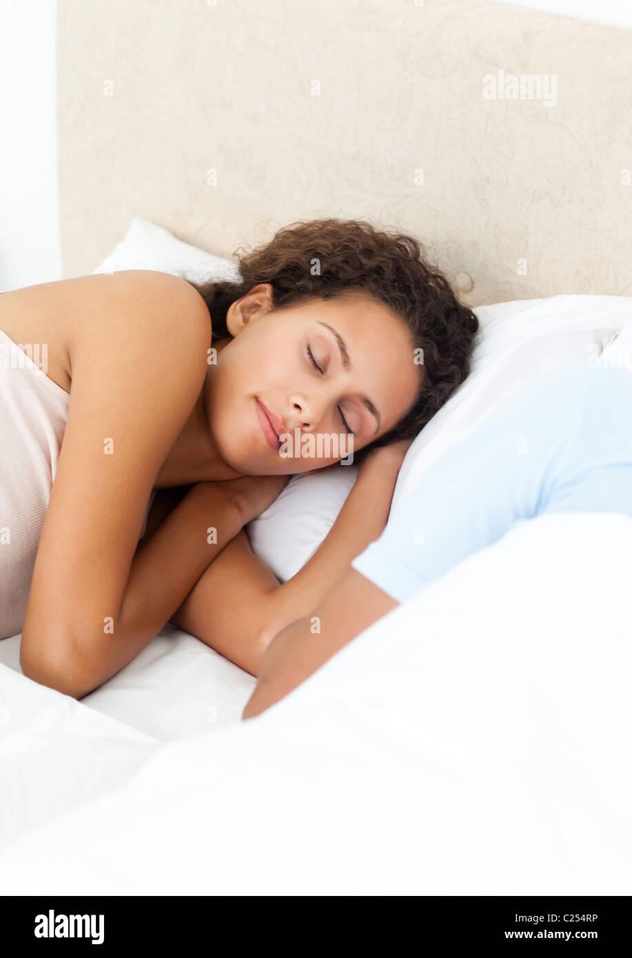 Hübsche Frau friedlich schlafend auf ihrem Bett in den Morgen Stockbild