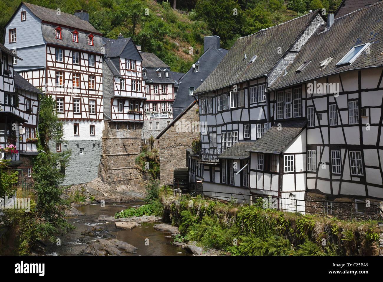 Historische fachwerkbauten neben der fluss rur in monschau for Fachwerkbauten deutschland