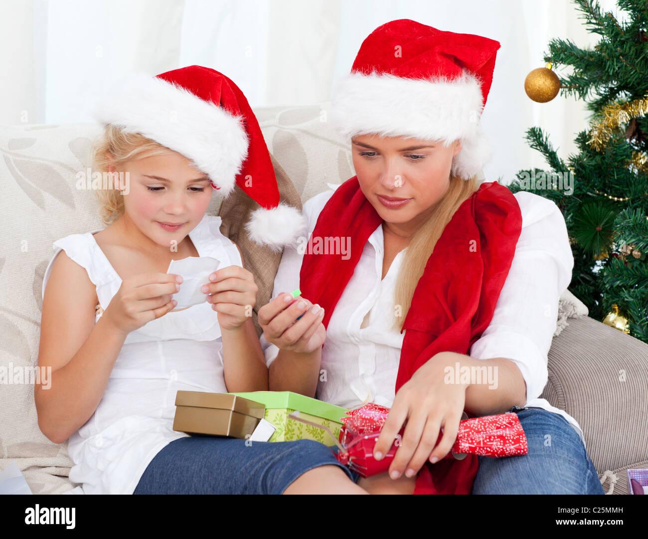 Wunderbare Frau am Weihnachtstag mit ihrer Tochter Stockbild