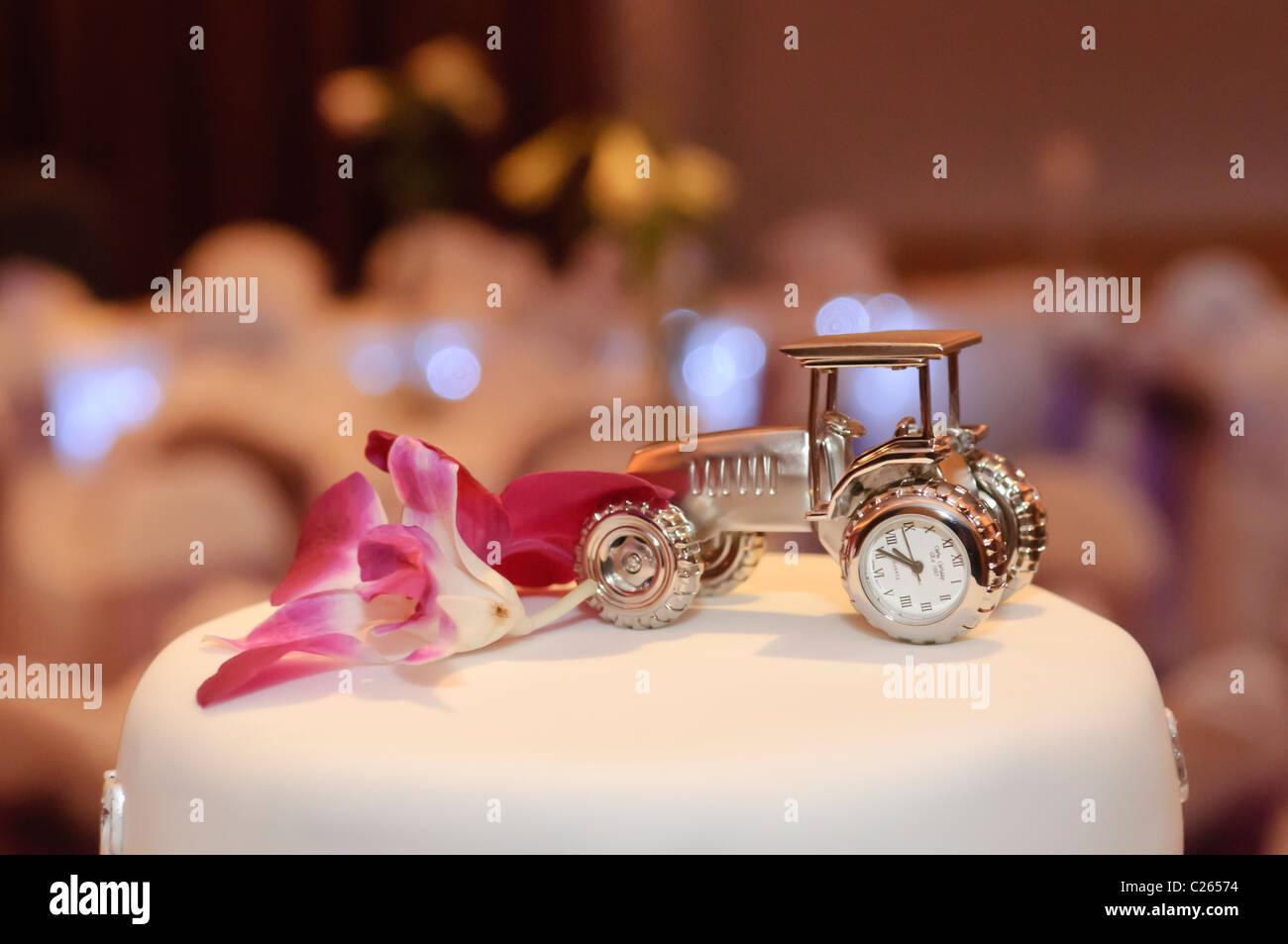 Traktor Auf Einer Hochzeitstorte Stockfoto Bild 35785880 Alamy