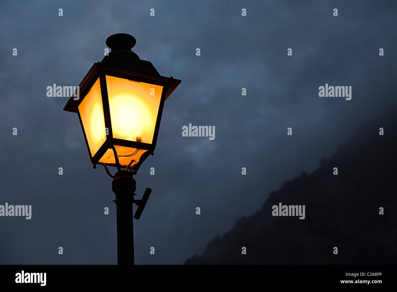 Warmen Schein der Straßenlaterne in einer dunklen Nacht Stockbild