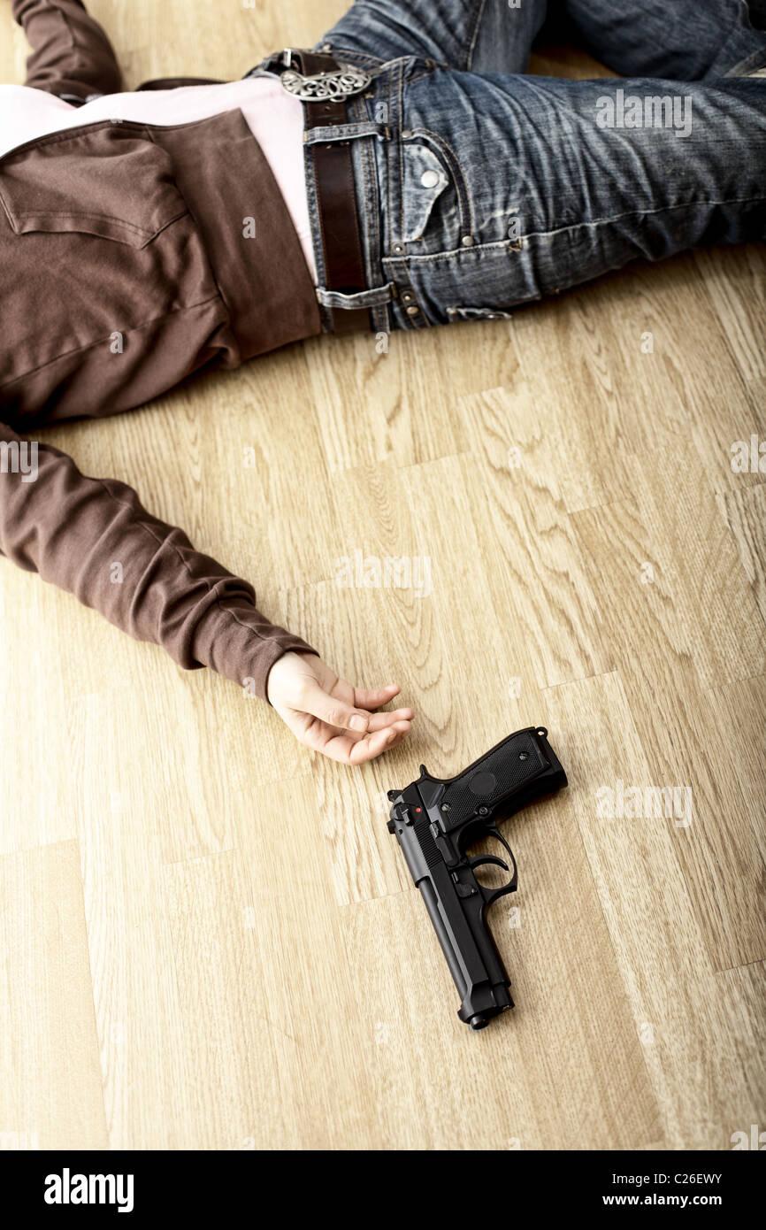 Tatort, Leiche auf Boden und Pistole Stockbild