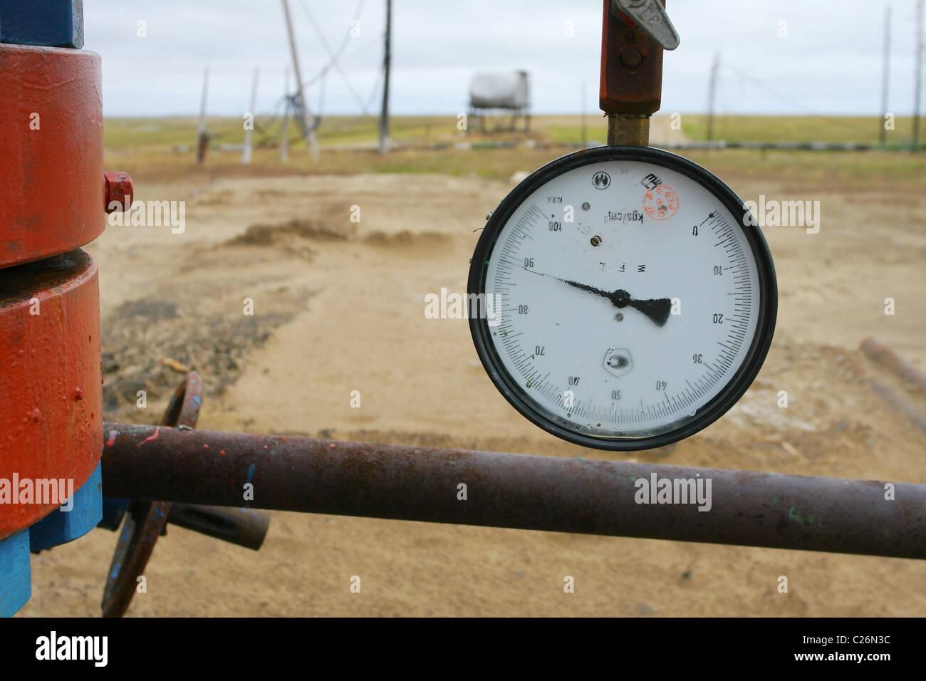 Manometer mit Arm in die fast Randposition; in der Nähe von Gehäuse-Kopf; neblig Glas. Jamal-Halbinsel, Stockbild
