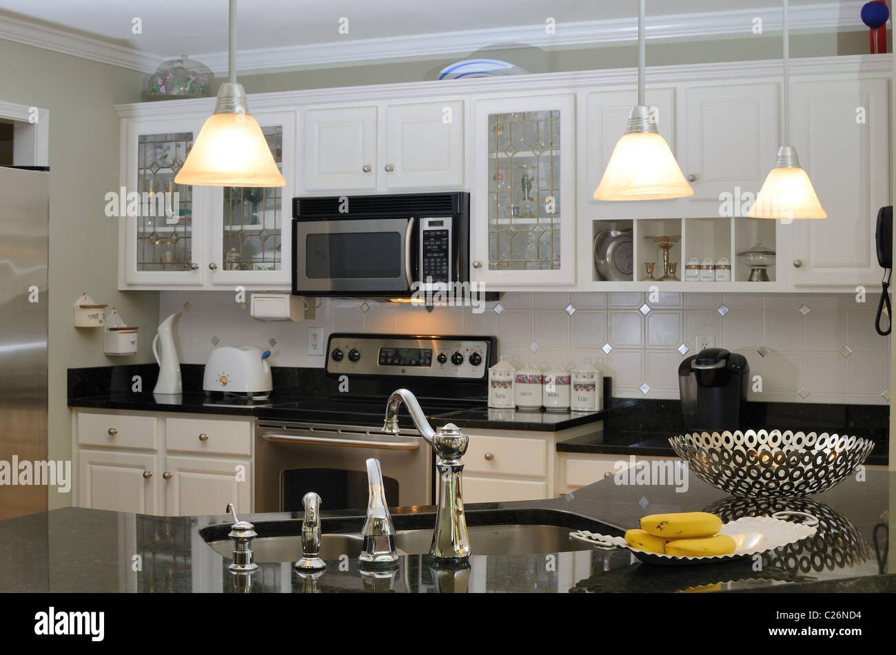 Eine moderne Küche zu Hause mit Geräten Stockbild